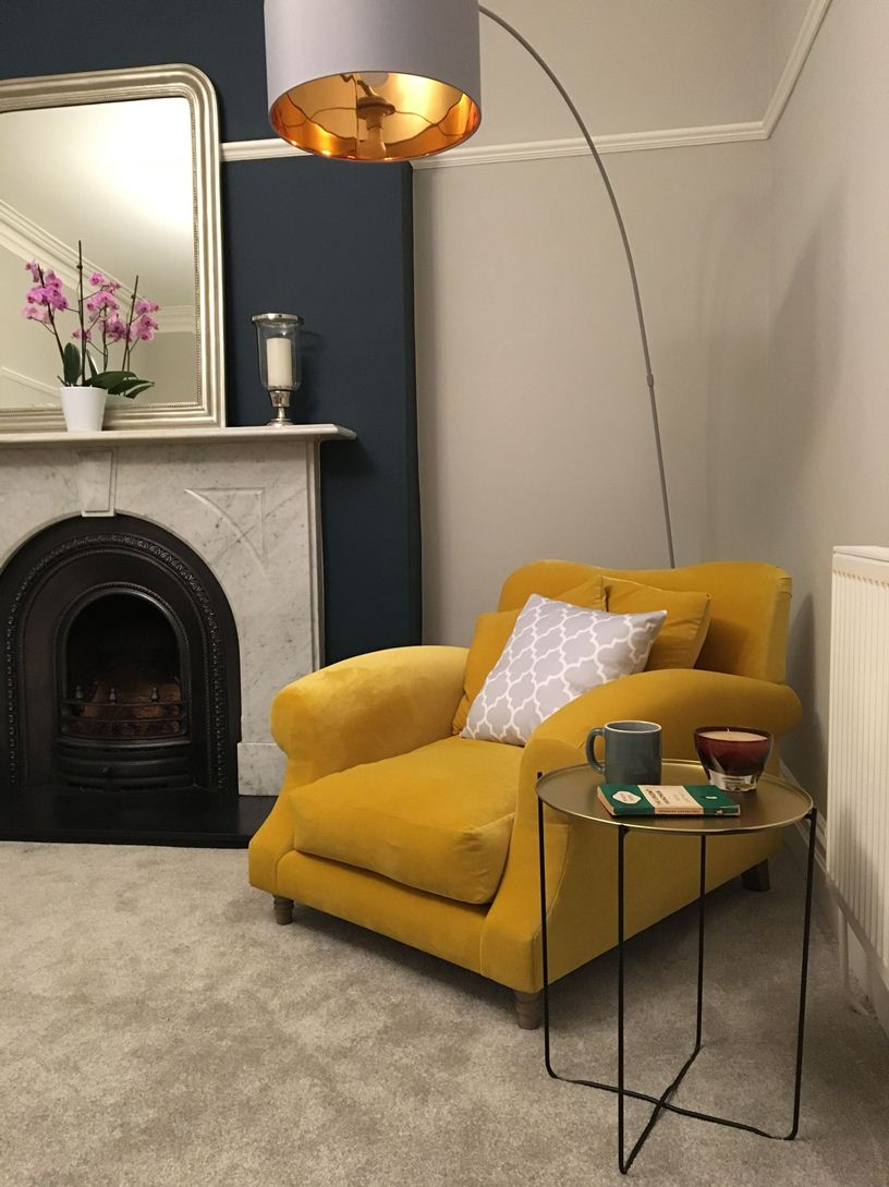 Горчичное кресло и светильник