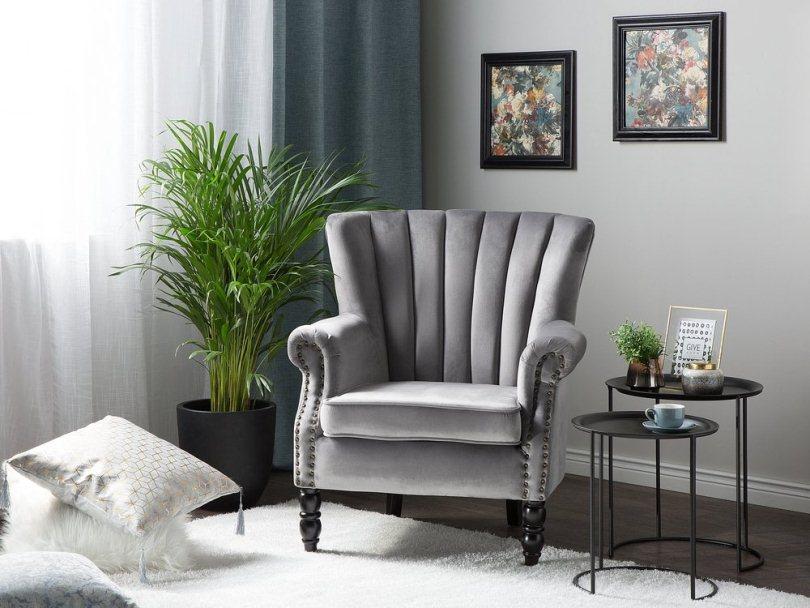 Серое кресло и зеленые цветы