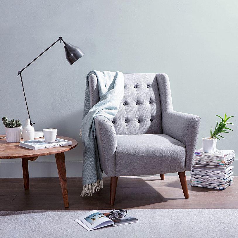 Кресло и деревянный столик