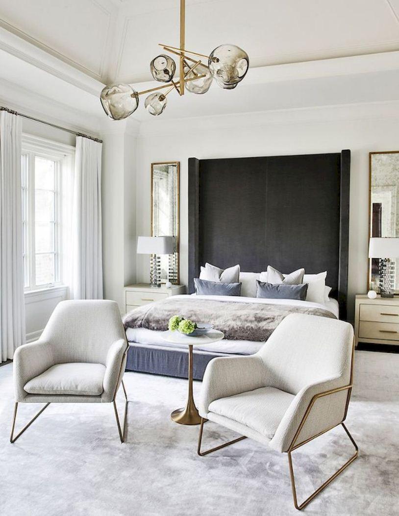 Два белых кресла и кровать