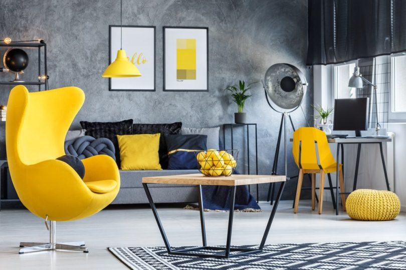 Ярко-желтое кресло и предметы интерьера