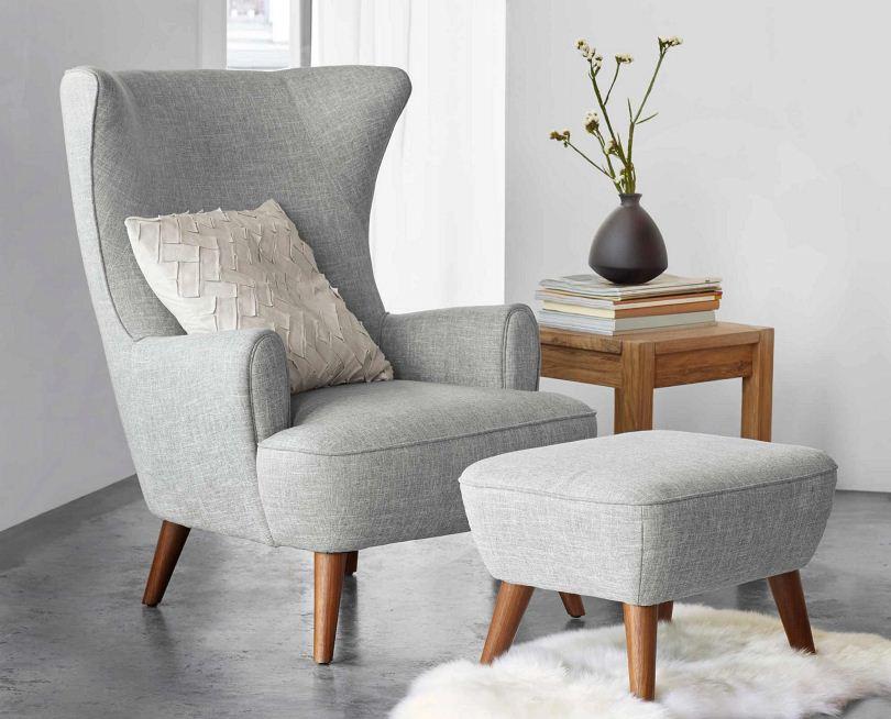Серое кресло с подставкой для ног
