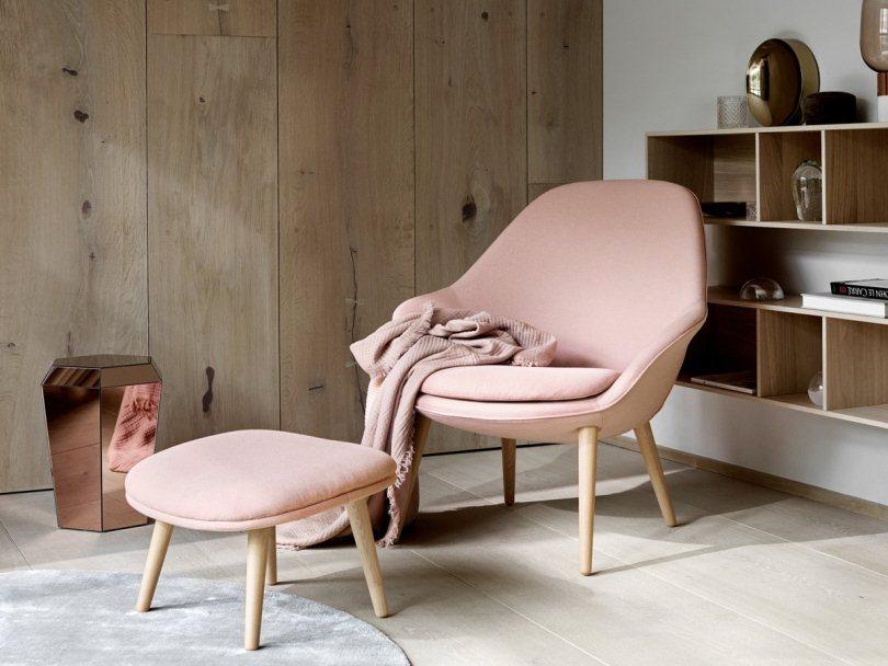 Розовое кресло и подставка для ног