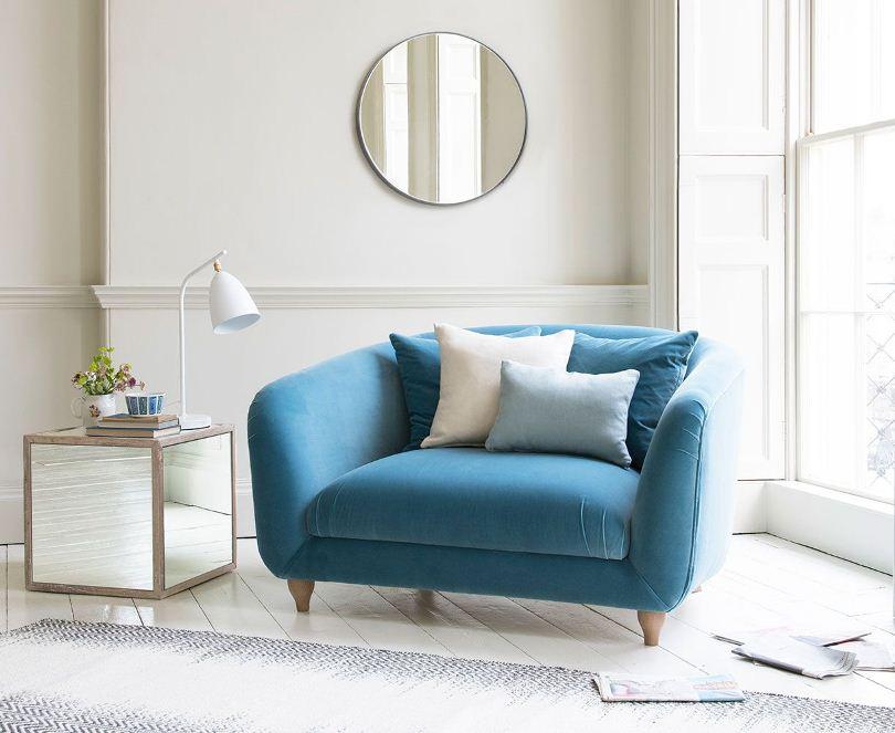 Голубое мягкое кресло
