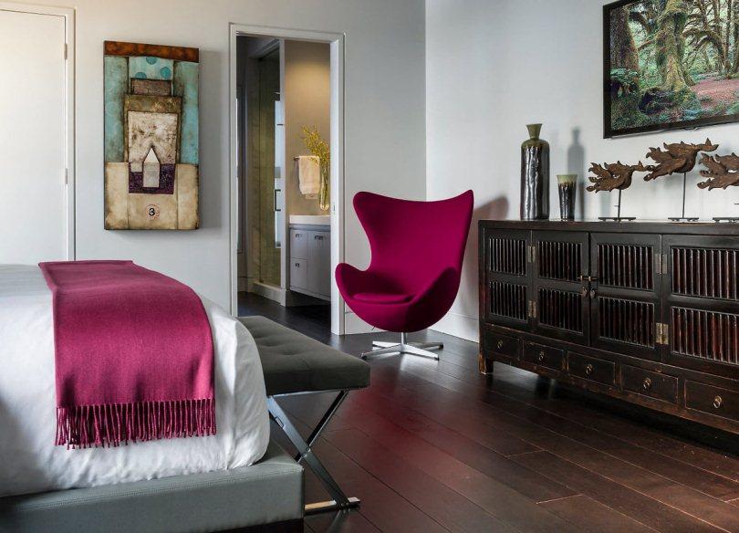 Бордовое кресло в спальне