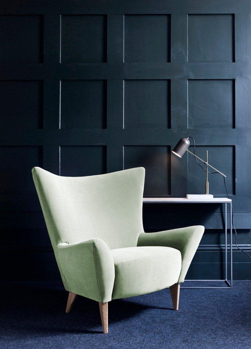 Белое кресло и синяя стена