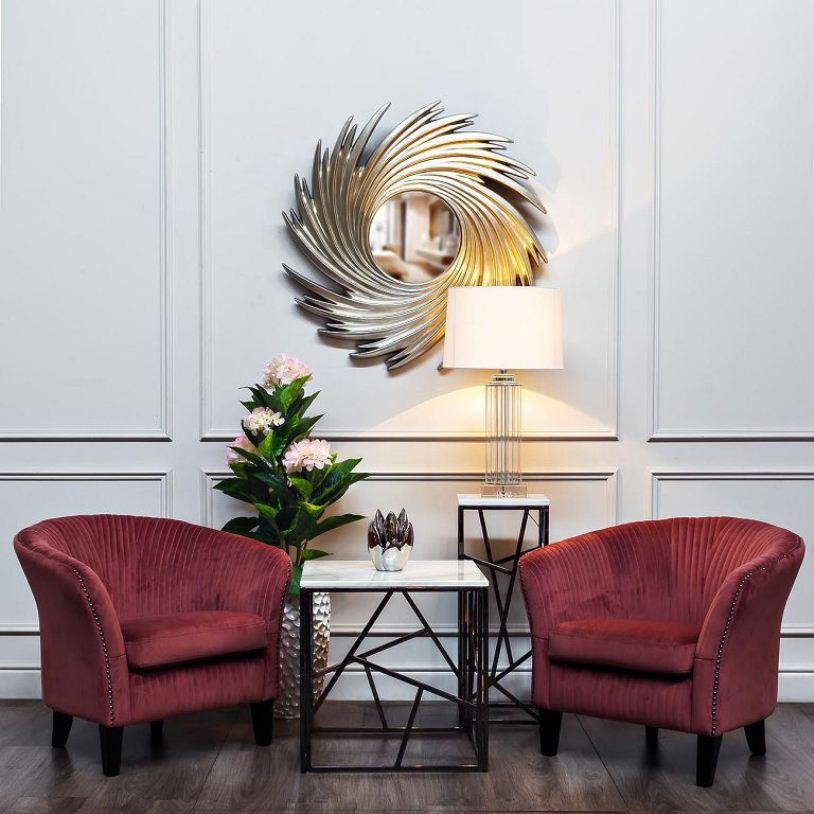 Два бордовых кресла