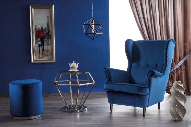 Синее кресло и пуфик