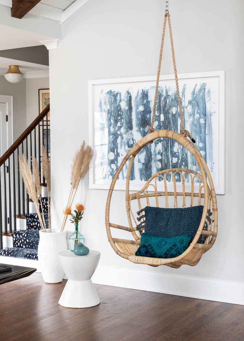 Кресло-кокон с синими подушками