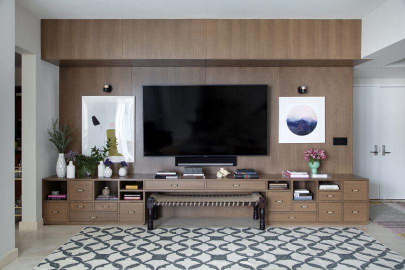 Деревянная стена с телевизором