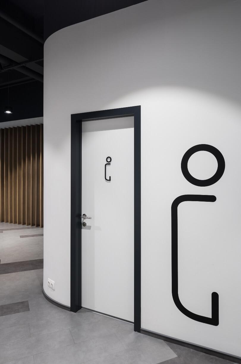 Белая стена и дверь