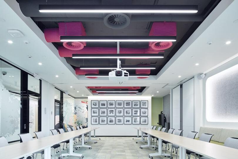 Потолок цвета фуксии