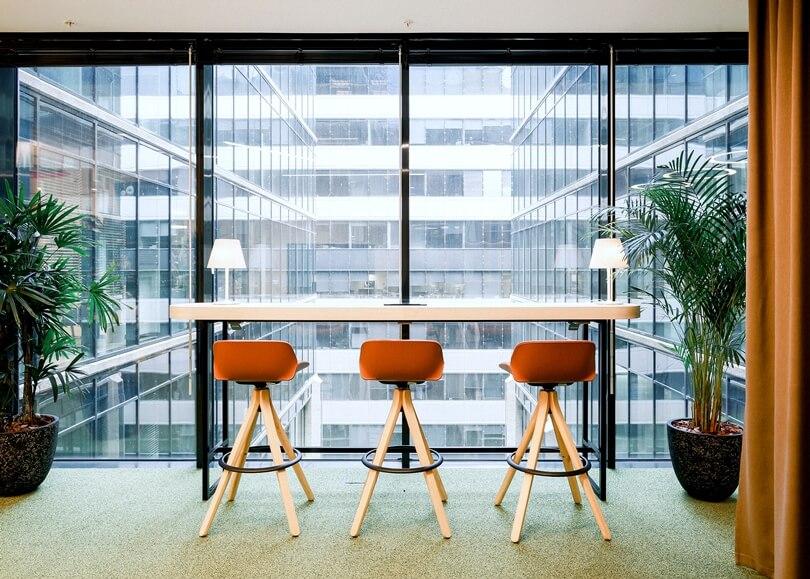 Барные стулья возле окна