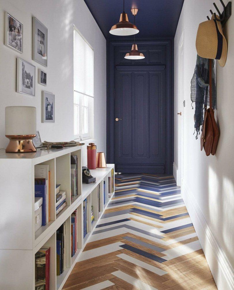Синие двери и пол