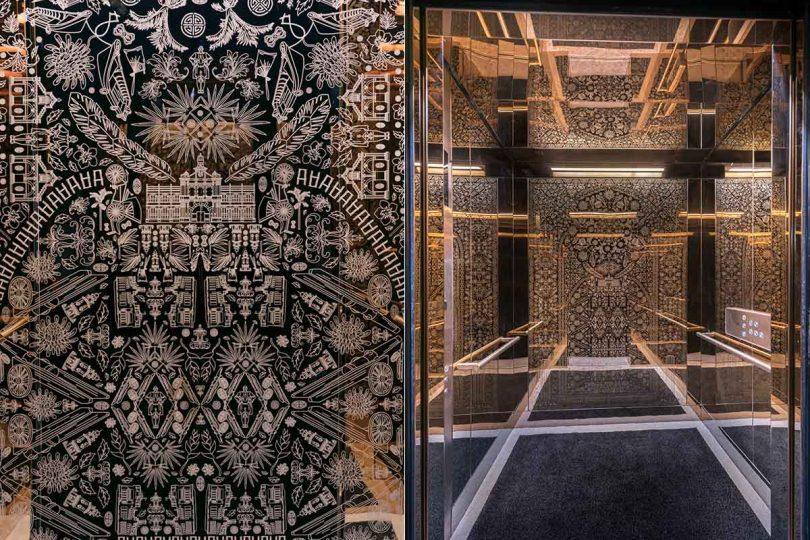 Тонированная стена в лифте