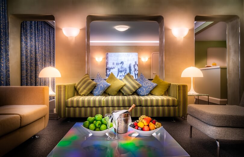 Желтый полосатый диван