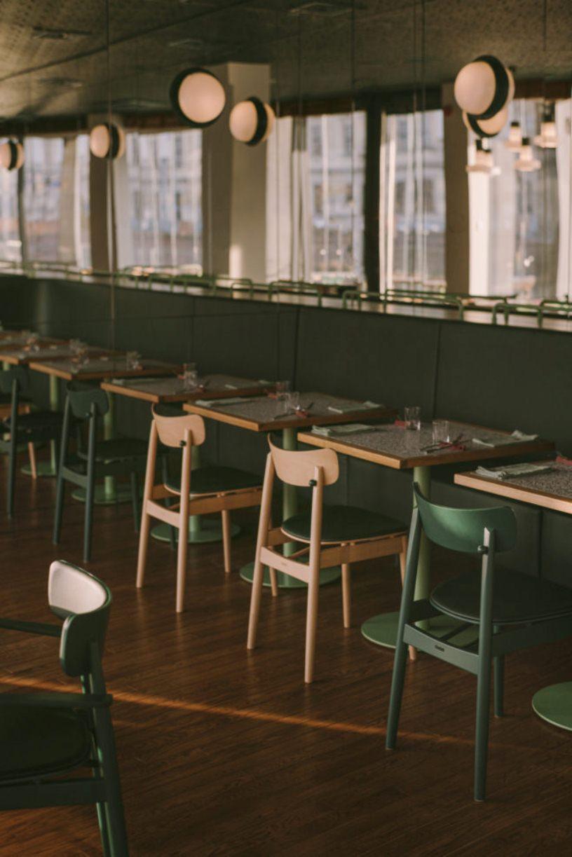 Столики с зелеными стульями