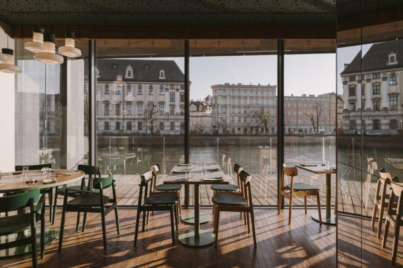 Ресторан с видом на реку
