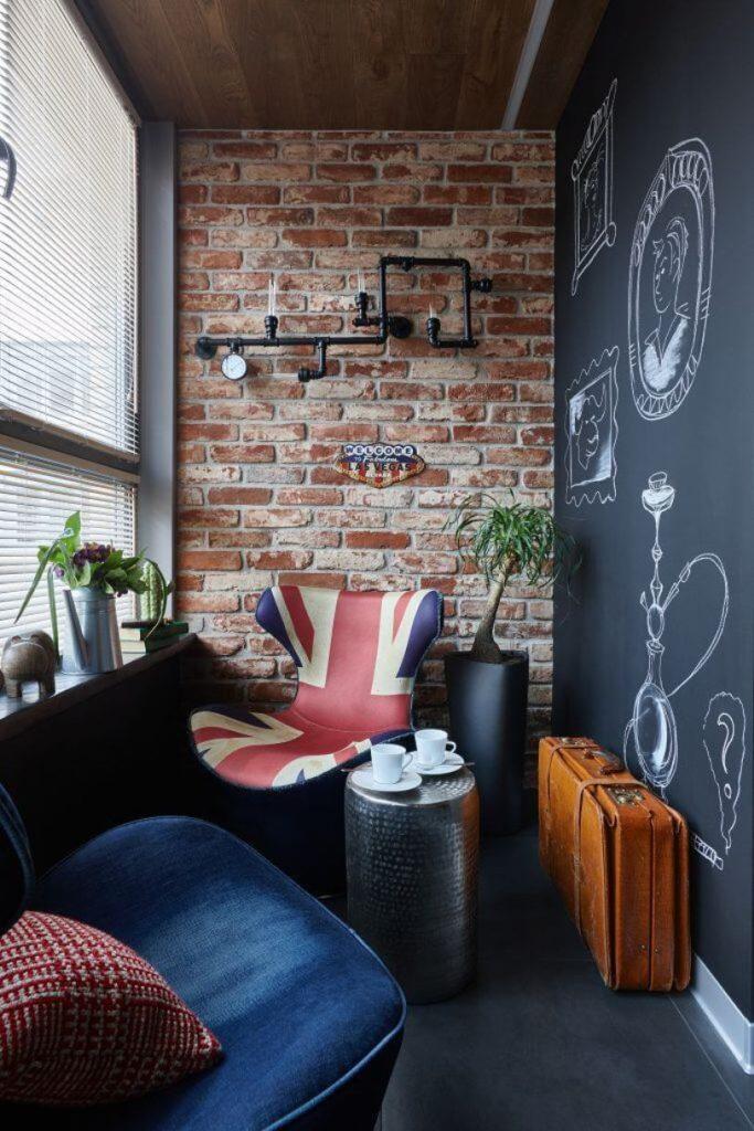 Кресло и кирпичная стена