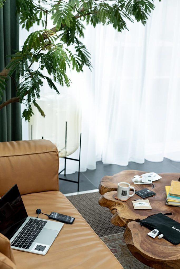 Ноутбук на диване