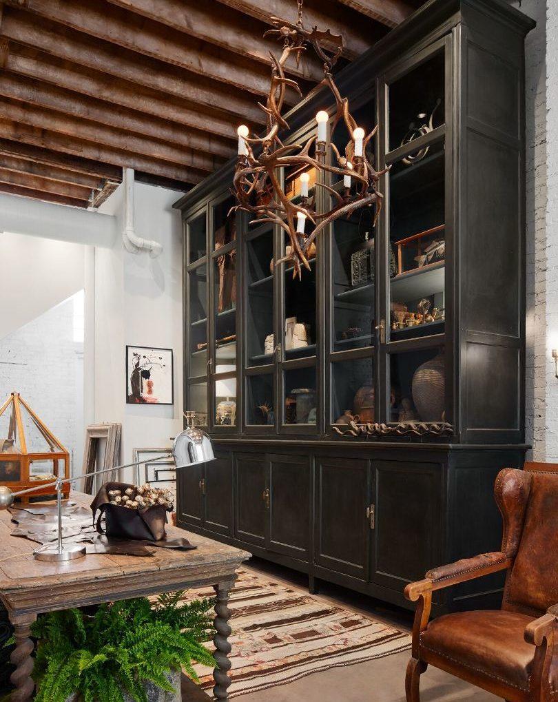 Черный высокий шкаф