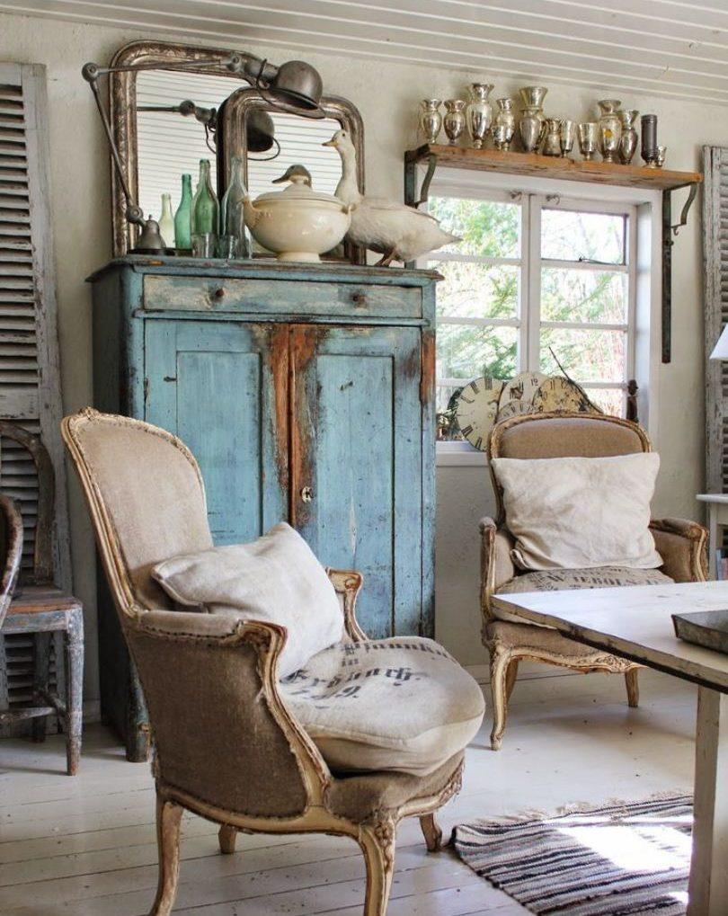 Кресла и голубой комод