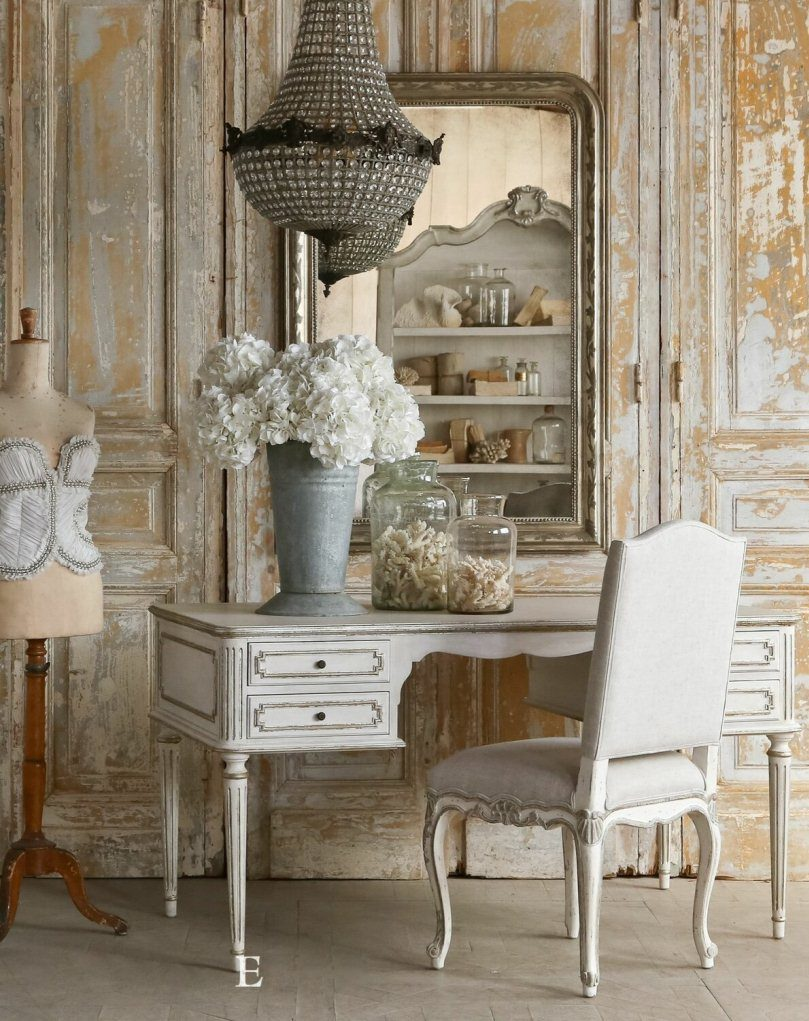Белый письменный стол