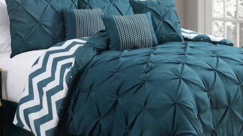 Кровать с темно-бирюзовым постельным