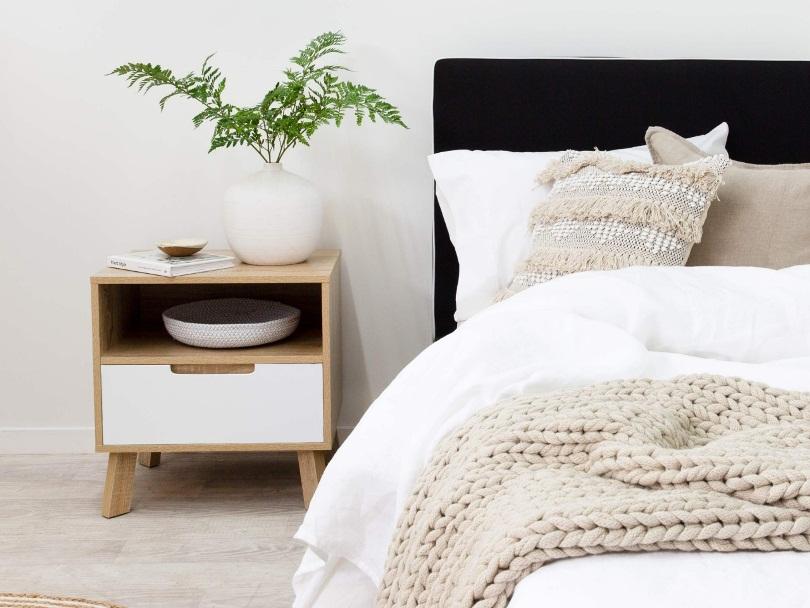 Тумбочка рядом с кроватью