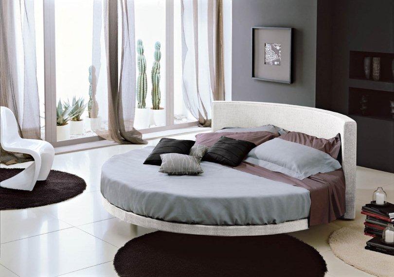 Круглая светлая кровать