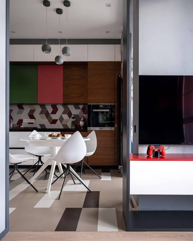 Кухня с белым столом и стульями