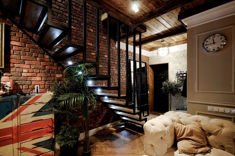 Круглые часы возле лестницы