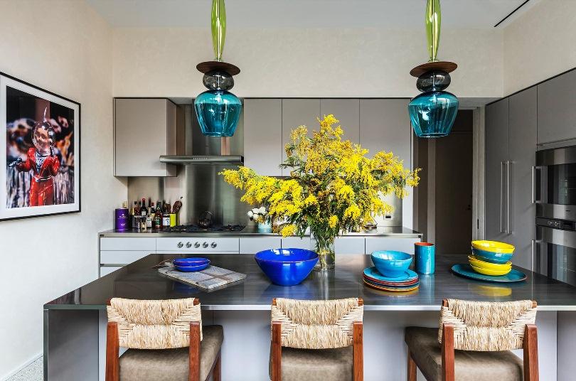 Синие светильники и тарелки