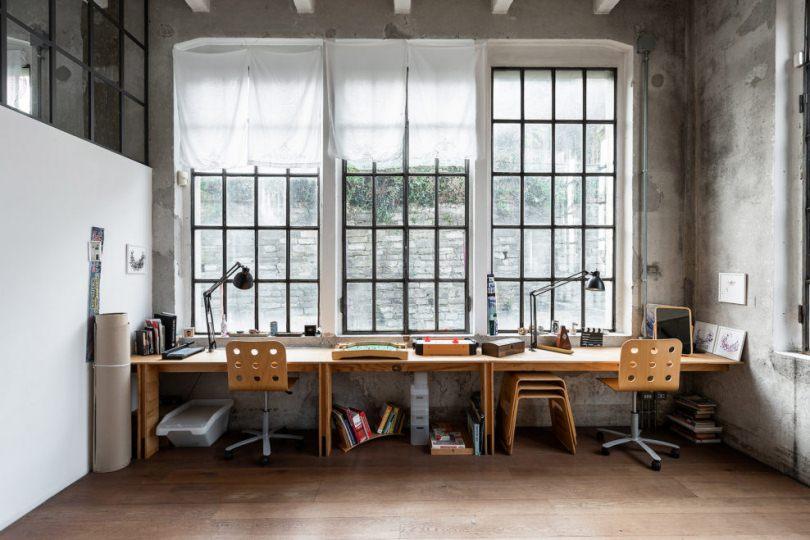 Рабочий стол возле окна