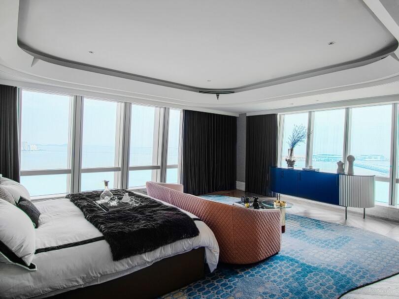 Голубой ковер в спальне