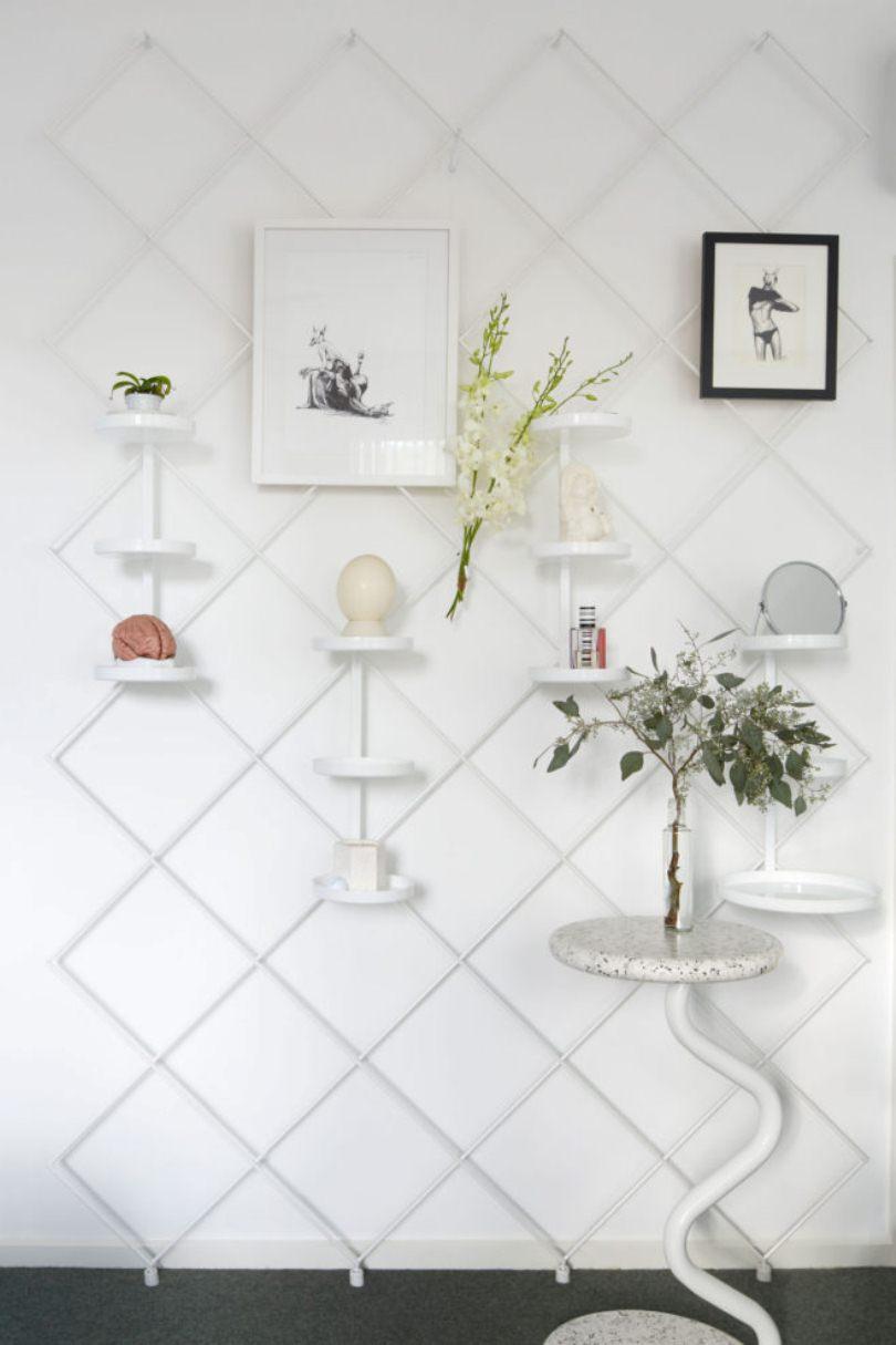Белая стена с полками