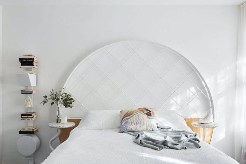 Кровать и овальное изголовье
