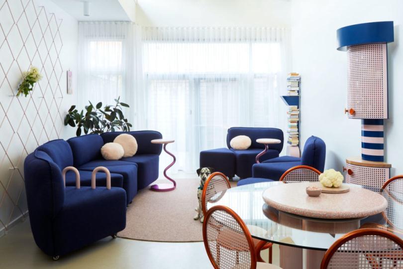 Синий диван и круглый стол