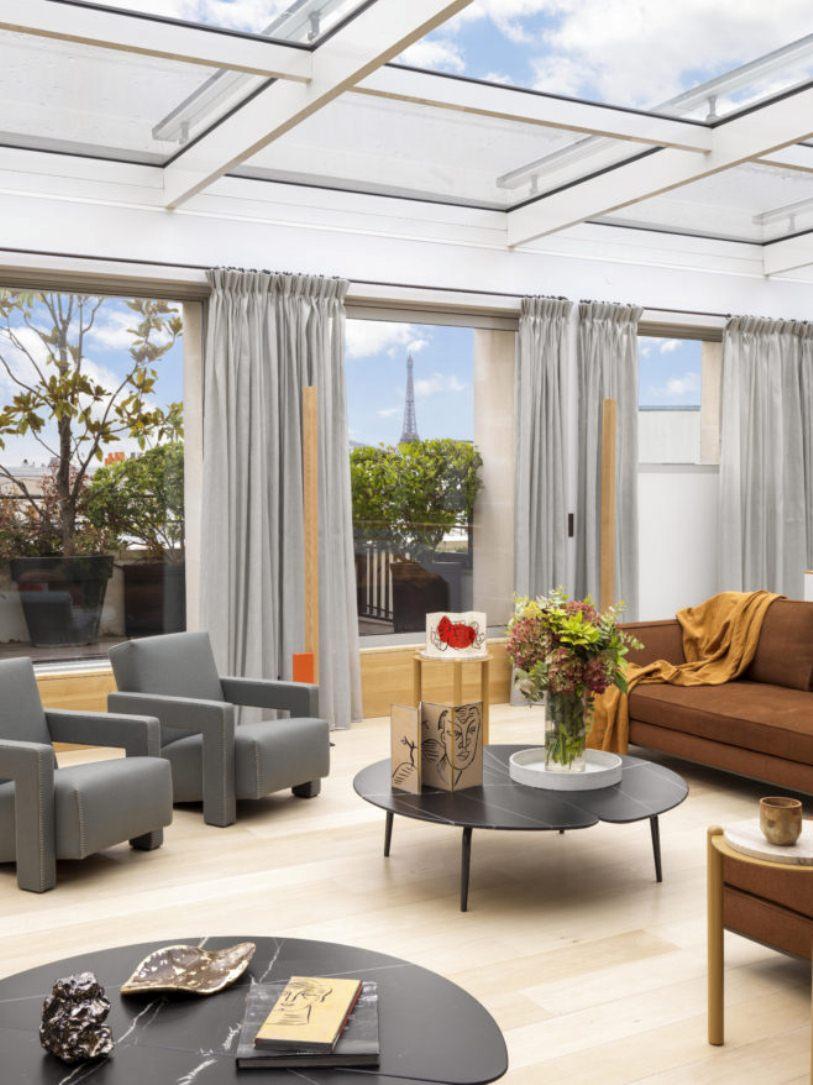 Серые кресла и шторы