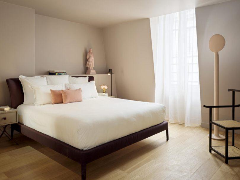 Белая кровать и гардина