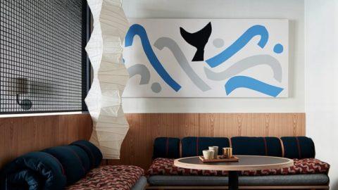 Картина на белой стене