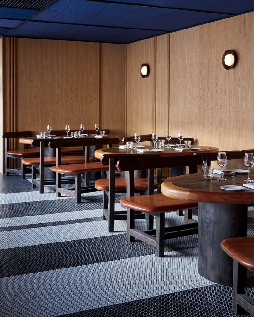 Деревянные столы и стулья в кафе