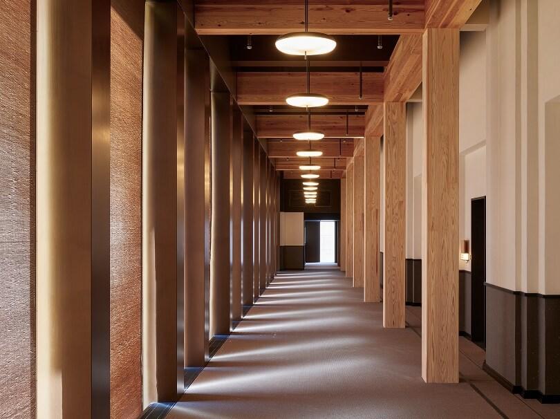 Коридор с деревянными колонами