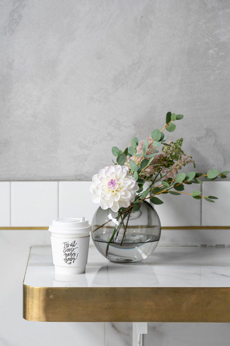 Цветы в вазе и кофе