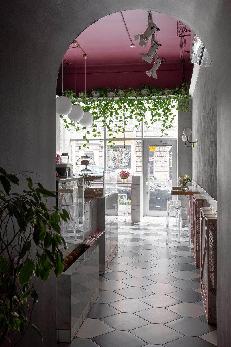 Арка и розовый потолок