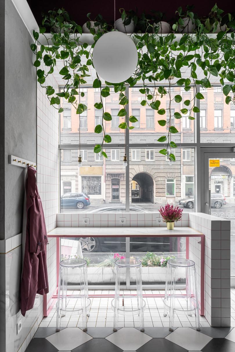 Барная стойка возле большого окна