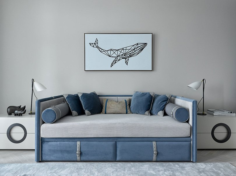 Картина над голубым диваном