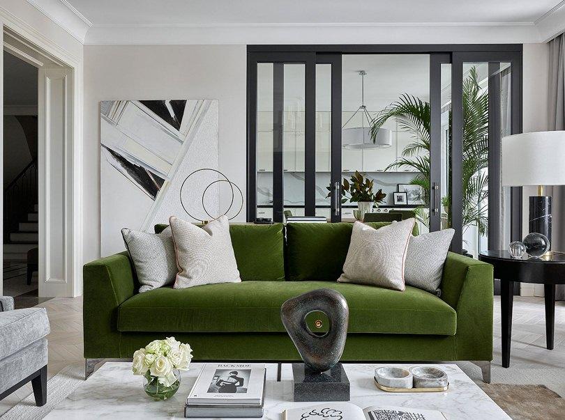Зеленый диван и светлые подушки