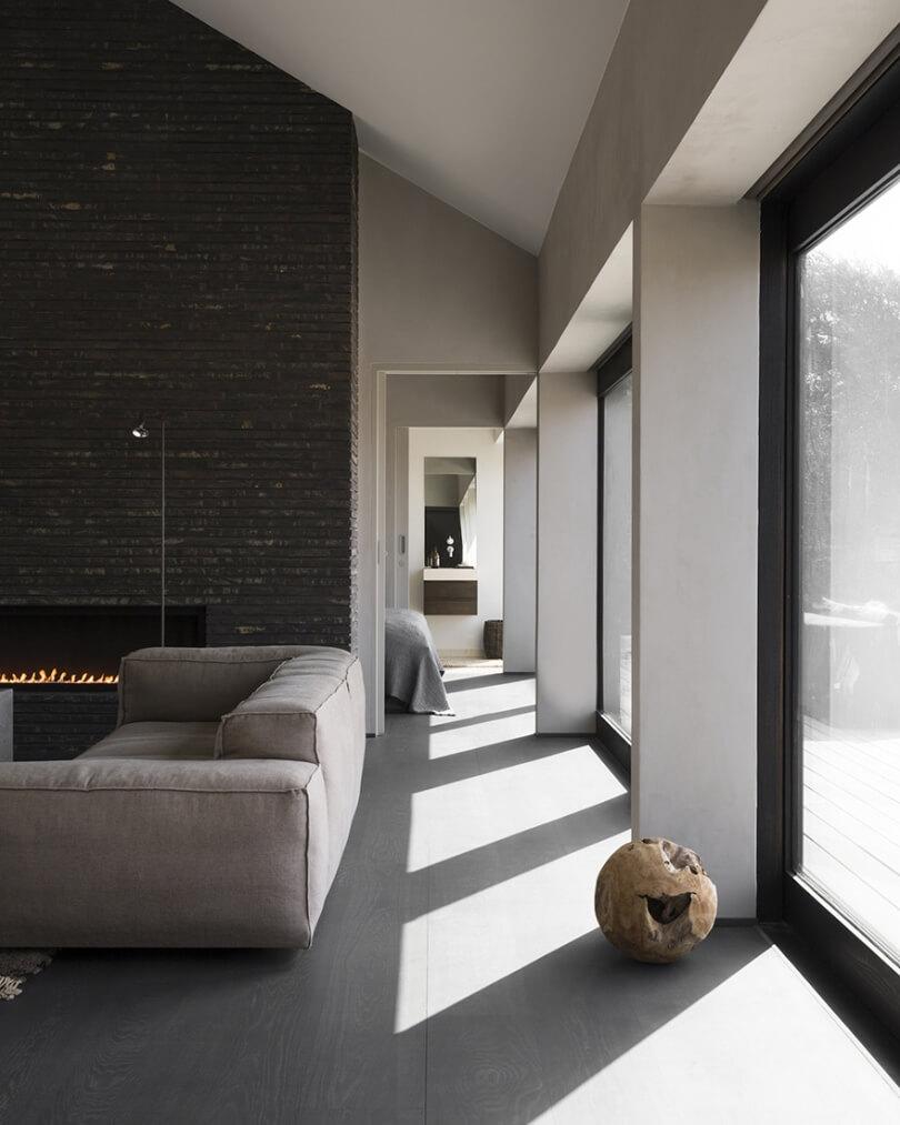 Большие окна и камин