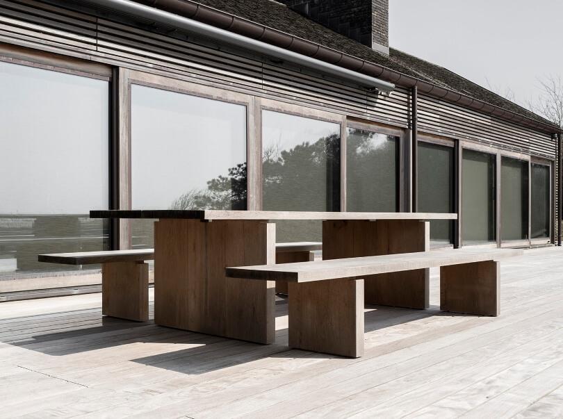 Стол и лавки на террасе